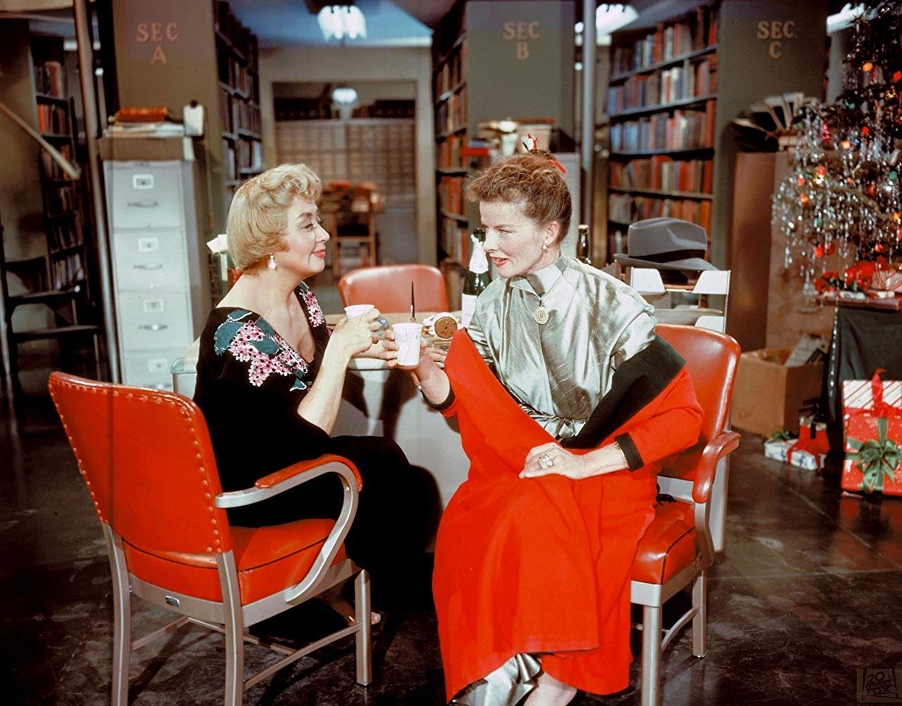 "Es weihnachtet sehr im Reference Department. Foto der Co-Workers Joan Blondell und Katharine Hepburn in ""Desk Set"".  Copyright 20th Century Fox via www.imdb.com"