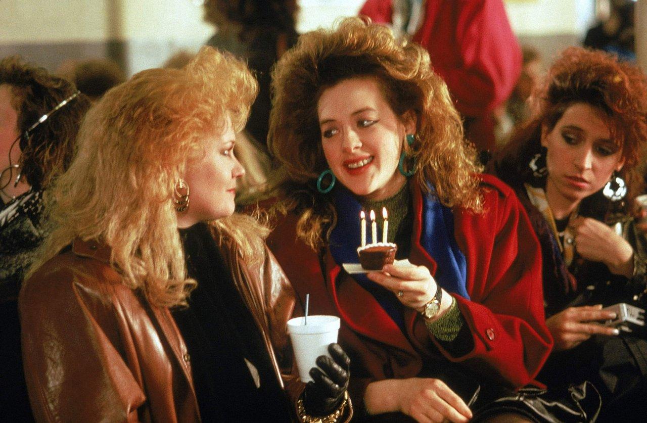 Szenenfoto aus Working Girl: Die Sekretärinnen auf ihrer morgendlichen Fährfahrt nach Manhattan. Coypright 20th Century Fox